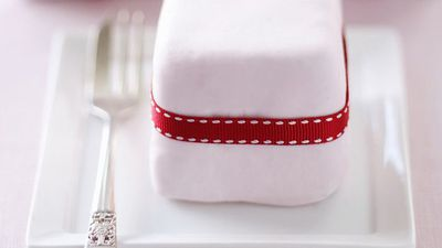 """<a href=""""http://kitchen.nine.com.au/2016/05/18/00/05/little-gift-cakes"""" target=""""_top"""">Little gift cakes</a>"""