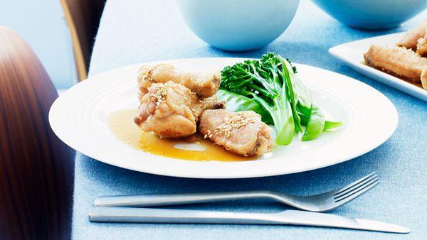 Crispy chicken wings with honey sauce