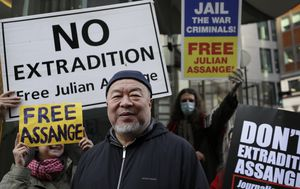 Dissident artist Ai Weiwei protests possible extradition of Julian Assange in London
