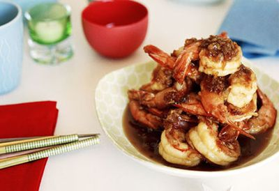 Crisp king prawns with honey and garlic sauce