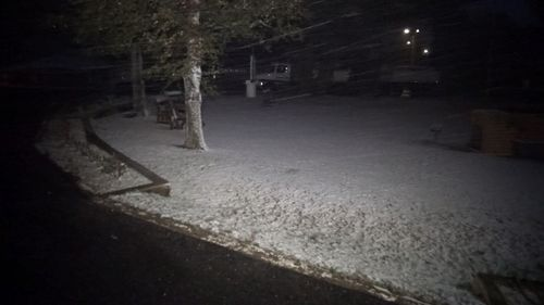 People in the NSW Central Tablelands town of Oberon are waking up to snow this morning. (9NEWS)