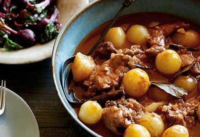 Rabbit stewed in red wine and onion