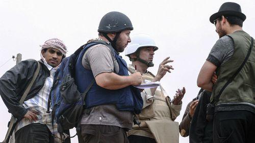 American journalist Steven Sotloff (Center with black helmet) talks to Libyan rebels in 2011. (Getty)