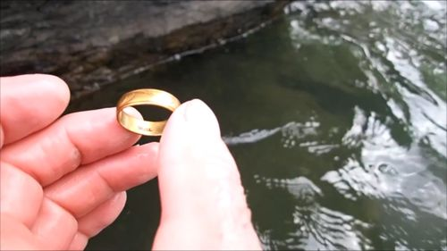 A gold ring. (YouTube/Aquachigger)