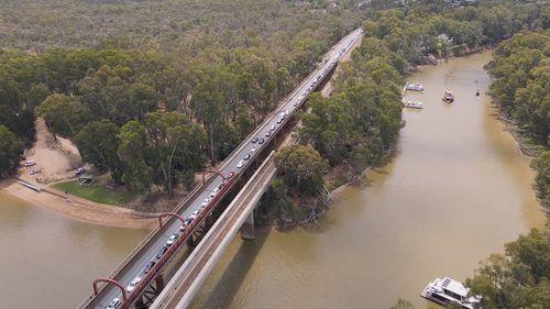 Penutupan perbatasan tengah malam memaksa ribuan pembuat liburan bergegas kembali ke Victoria.