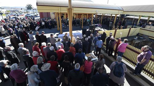 Members of the public pay their respects to Tim Fischer at the Albury Railway Station.