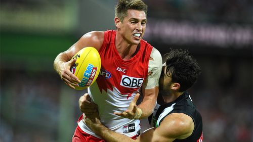 Michael Talia of the Swans is tackled by Alex Fasolo of the Magpies. (AAP)