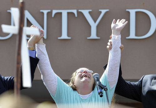 Kim Davis cries out after being released from jail in 2015. (AAP)