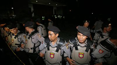 Indonesian police line up during preparations to transfer Chan and Sukumaran. (AAP)