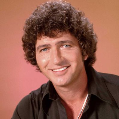 Actor and singer Mac Davis poses for a portrait in 1985.