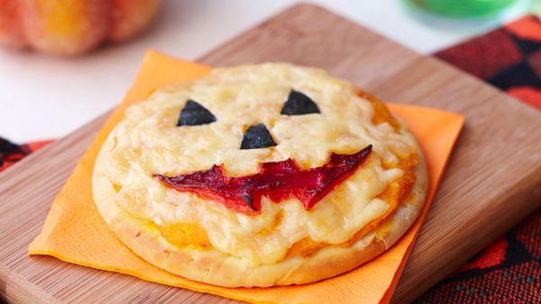 Jack-o'-lantern pumpkin pizza
