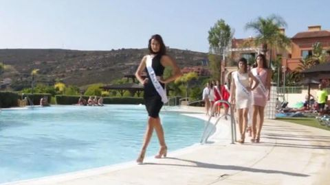Spanish Miss Universe contestant falls into a pool after twirling mishap