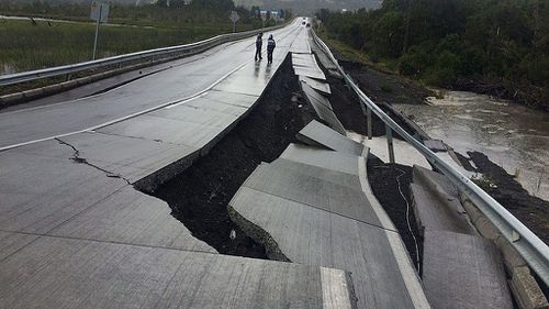 Up to 4000 people flee from homes as major magnitude 7.6 quake strikes Chile