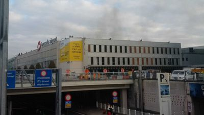 """""""Smoke of #Brussels airport terminal after what sounded like two explosions just before 8am."""" (Twitter/@D_Schwarzer)"""