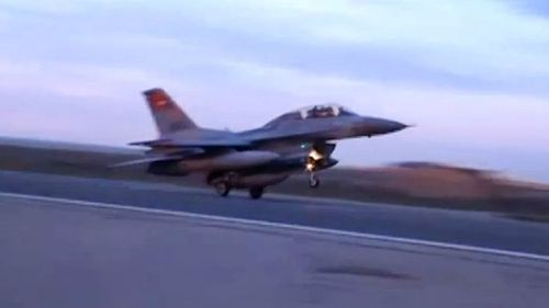 An Egyptian F-16 warplane takes off to bomb Islamic State targets. (AAP)