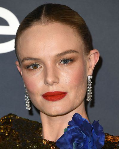 Actress Kate Bosworth showed off those famous mis-matched eyes with coppery, smoky shadows which she paired with a matte red lip.