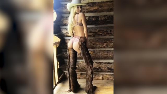 Victoria's Secret model back to Twerk