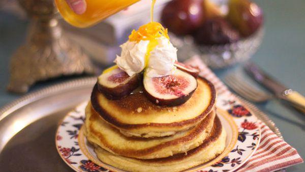 Buttermilk pancakes with figs, orange sauce and vanilla mascarpone