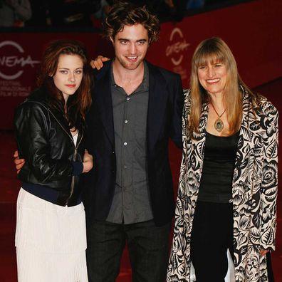 A atriz Kristen Stewart, ator Robert Pattinson, diretora Catherine Hardwicke assiste a Premiere de Crepúsculo em 2008.