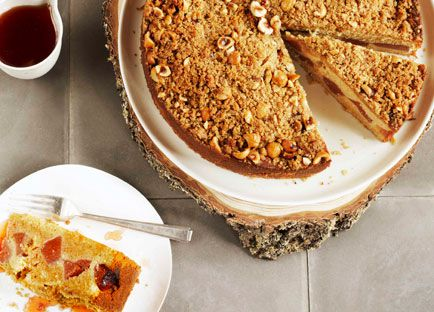 Crème fraîche quince crumble cake