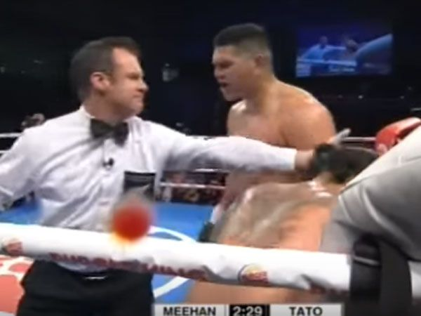 Aussie boxer pleads with ref to stop fight