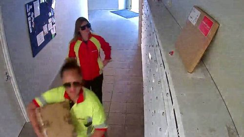 Femeile în uniforme NZ Post ar fura pachete dintr-o clădire de apartamente din Oakland.