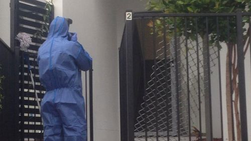 Forensic police at the Pimpama unit this morning. (Carrie-Anne Greenbank, 9NEWS)