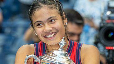 Emma Raducanu with US Open trophy (Getty)