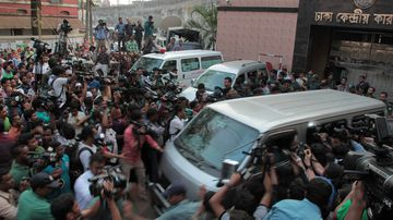 Journalists surround a vehicle carrying Mohammad Qamaruzzaman in Dhaka, Bangladesh. He was executed shortly after. (AAP)