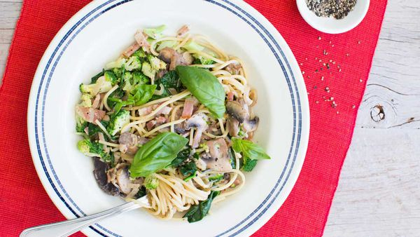 Spaghetti with bacon, mushrooms and broccoli