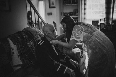 La mariée a un photoshoot avec le père en phase terminale avant le mariage.