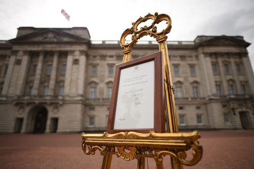 A notice was placed on an easel in the Buckingham Palace forecourt to announce the news. (AP/AAP)