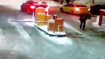 <p><b>Boom gate smashes unsuspecting Russian guy in the face</b></p>