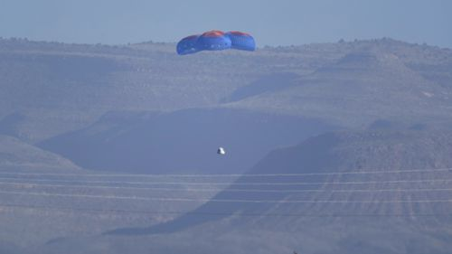 Spadochrony przewożą kapsułę Blue Origin z pasażerami William Shatner, Chris Buchweizen, Audrey Powers i Glenn De Vries do kosmodromu w pobliżu Van Horn w Teksasie,