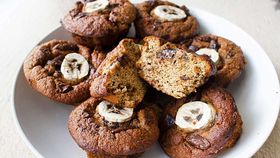 Easy blender banana and dark chocolate muffins