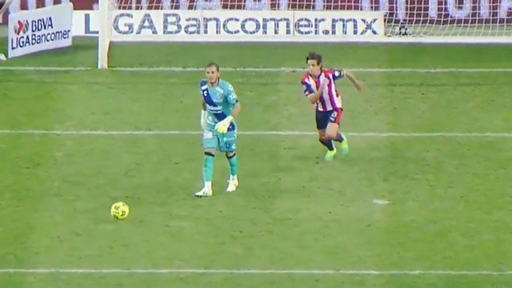Puebla goalkeeper Cristian Campestrini and Guadalajara striker Carlos Fierro.