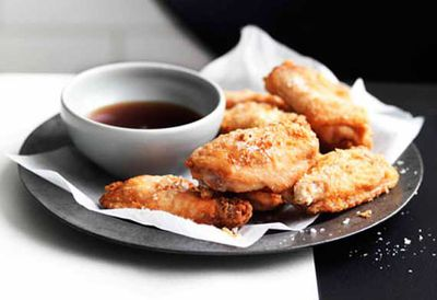 Crisp chicken wings with fried shallots