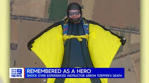 The skydiving instructor who died in a skydiving accident in a coastal Victorian town has been identified as Arron Toepfer.