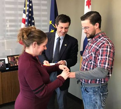 US mayor marries couple moments before bride gives birth