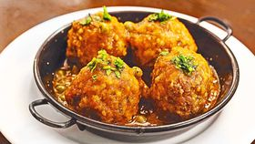 Meatballs with peas (Mandonguilles amb pesols albondigas con guisantes)