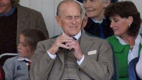 Royal kilt malfunction: Prince Philip flashes crowd