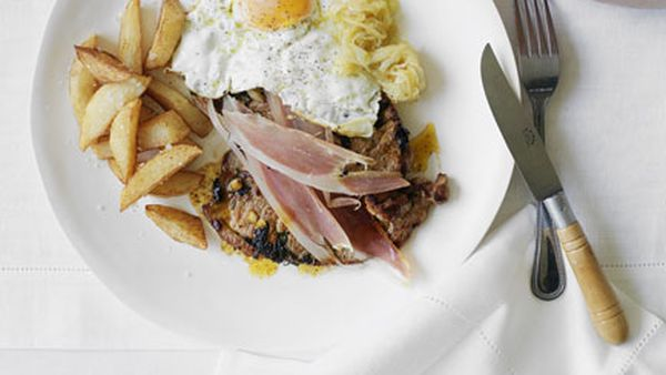 Veal steak with presunto, onions, fried egg and chips
