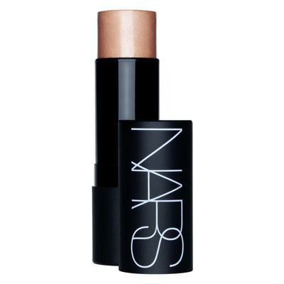 "<p>Glow up with - <a href=""NARS The Multiple in South Beach, $57"" target=""_blank"" draggable=""false"">NARS The Multiple in South Beach, $57</a></p> <p> According to <em>Teen Vogue,</em> the make up artist applies highlighter instead of eye shadow to Gomez's eyelids, tapping it into the corner of her eyes and beneath her brows for an all-over glow.</p>"