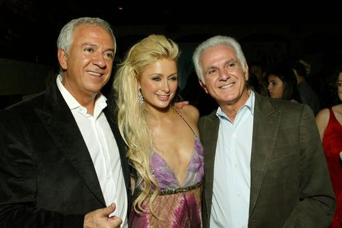Paul Marciano (left) with brother Maurice and Paris Hilton in 2004. (AAP)