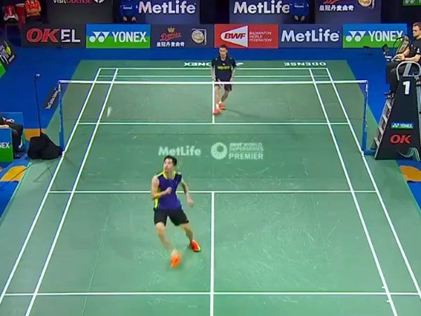 Badminton player outlasts rival in epic rally