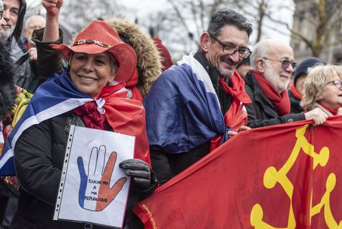 Thousands of 'red scarf' protesters have marched through Paris, demonstrating against 'yellow vest' violence.