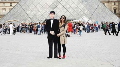 Jinna Yang and her dad at the Louvre, Paris (Instagram).