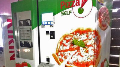 Pizza dispensing vending machine operating in Japan