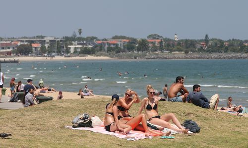Sunday and Monday were unusually hot in Melbourne, with people flocking to the water to cool down. (9NEWS)