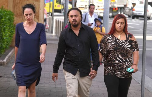 Mr Tekii was flanked by two female supporters as he entered Manly Local Court. (AAP)